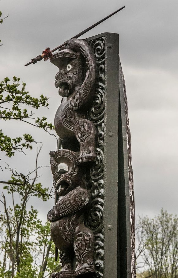 De Pou Maumahara is een blijvend symbool van de inzet van Maori-soldaten tijdens de Eerste Wereldoorlog .