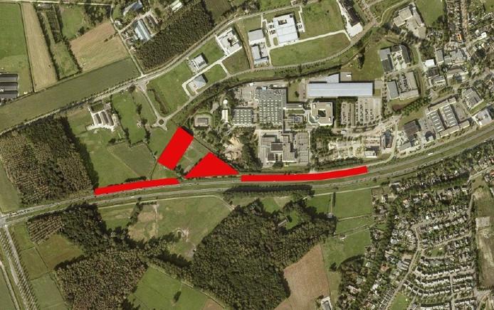 Ten behoeve van de uitbreiding van de Automotive Campus in Helmond staan twee bospercelen en een aantal bomen langs de Europaweg (rode vlakken en stroken) op de nominatie om te verdwijnen. Dit groen moet elders gecompenseerd worden. Uiterst links en ten zuiden van de Europaweg ligt het Coovels Bos.