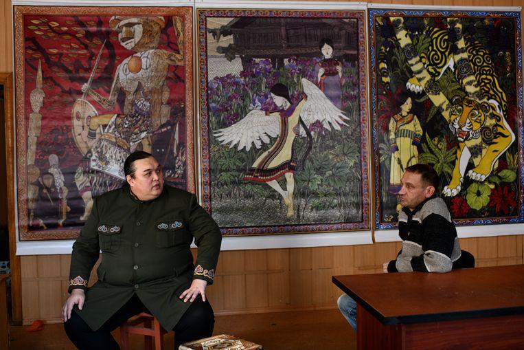 Schrijver en 'hectarist' Leonard Soengorkin (links) wil een cultuurpark bouwen voor de Nanai in Oost-Rusland, maar hij worstelt met geldgebrek.  Beeld null