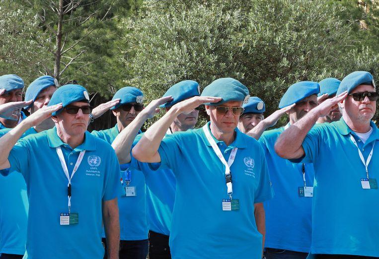Nederlandse Unifil-veteranen salueren bij een herdenking van omgekomen Franse militairen in Beiroet. Beeld AFP