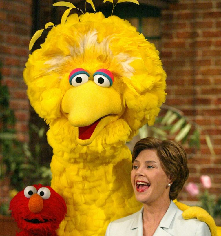 Big Bird met Laura Bush in 2002. Beeld afp