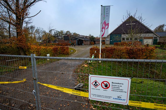 Een grote brand heeft een schuur op het terrein van zorgboerderij Hof op Schokland aan de Oud Emmeloorderweg vorige week woensdagavond verwoest.