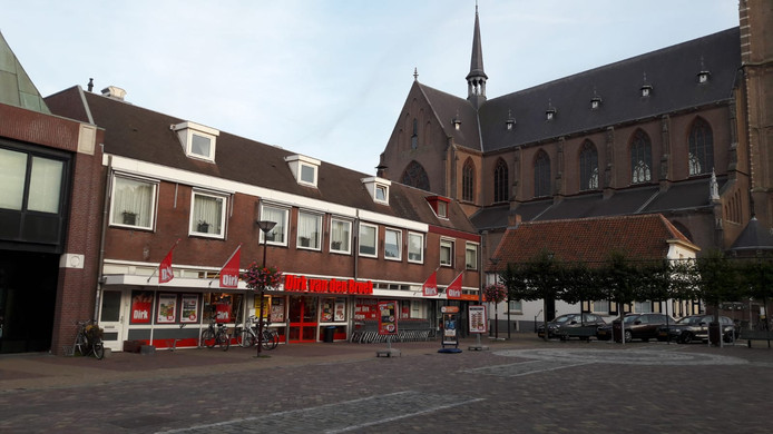 Supermarkt Dirk van den Broek in Oud Gastel werd zaterdagmiddag door drie gemaskerde mannen overvallen.