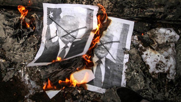 Palestijnen verbranden posters van President Trump tijdens een protest tegen zijn beslissing om Jeruzalem officieel te erkennen als hoofdstad van Israël. Beeld epa