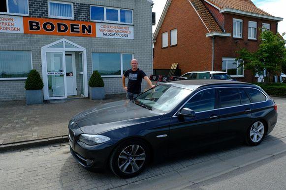 Werknemer Mark Peeters bij de BMW die in Düsseldorf met hoge snelheid is verplaatst van de parking.