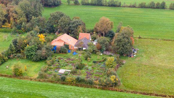 Een dronefoto van de boerderij aan de Buitenhuizerweg in Ruinerwold, waar zes mensen al jaren in de kelder woonde en wachten op 'het einde der tijden'.