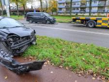 Auto en taxi botsen op Heerbaan in Breda
