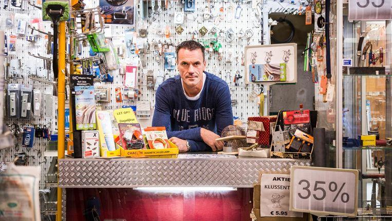 Jeroen Rademaker in zijn winkel op de Rijnstraat. 'Vroeger zaten hier in de straat wel zes zaken zoals de onze' Beeld Tammy van Nerum