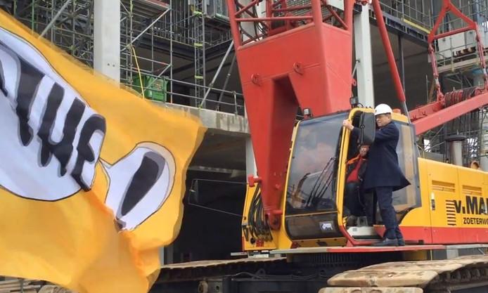 Lauge Nielsen, directeur Pathé Nederland, legt de laatste betonbalk bij het hoogste punt van de nieuwe bioscoop in Zwolle. Foto: Sander Lindenburg