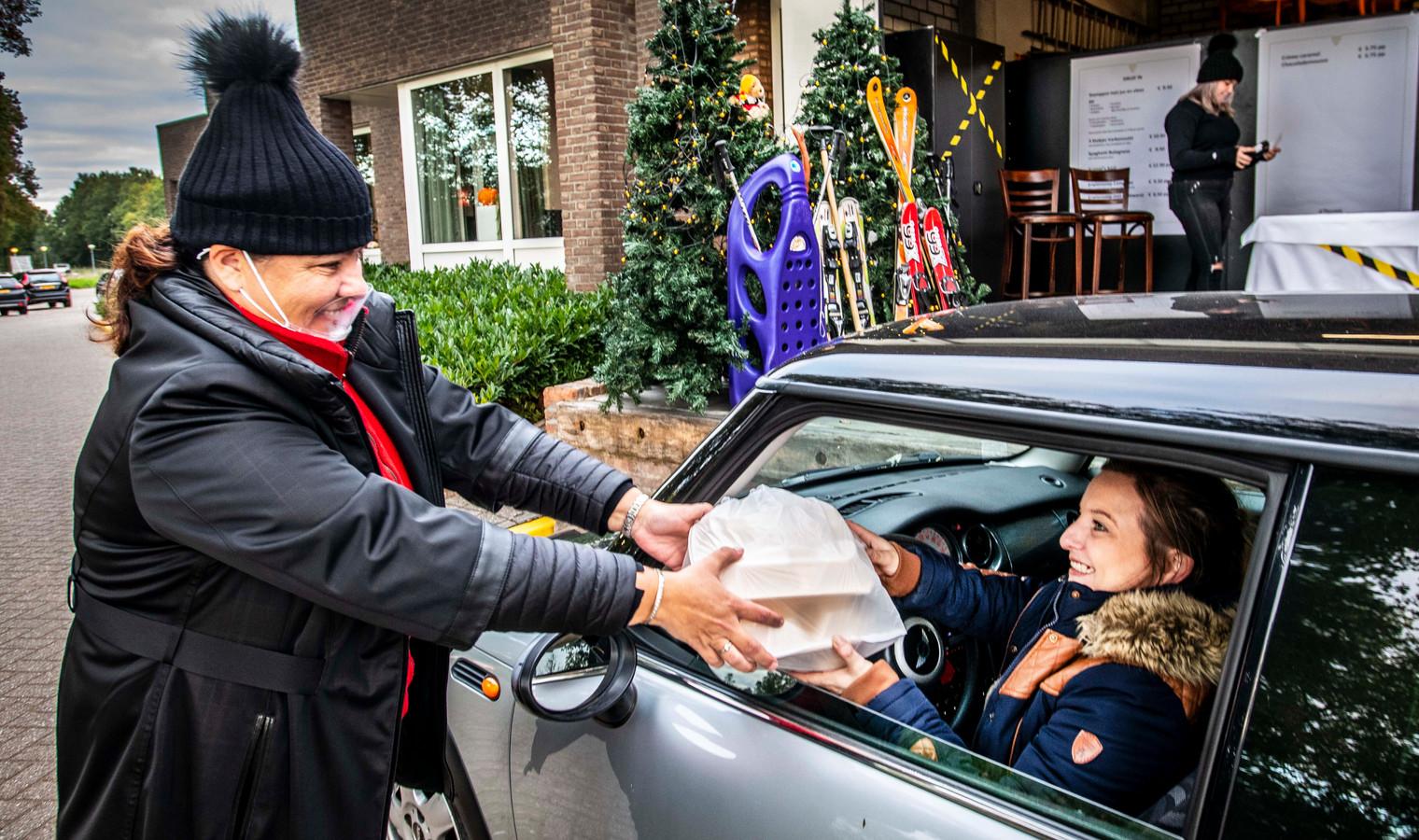 Coronamaatregelen maken vindingrijk. Als eigenaars/exploitanten van De Druiventros bedachten Rob en Janny Zoontjens-Mutsaers (de laatste hier links op de foto) een 'Druif-In': stamppotjes afhalen met de auto. Het echtpaar baat ook De Postelse Hoeve uit.