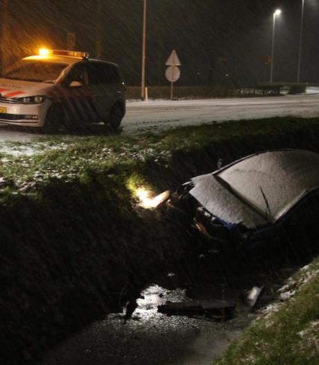 Bestuurder schuift ijskoude sloot in na glijpartij door sneeuwval in Dongen