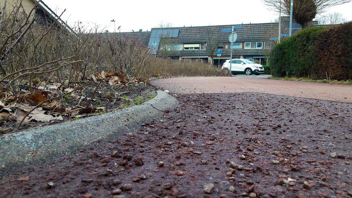Het rode asfalt op de Flaneerdijk in Roosendaal brokkelt nu al af.