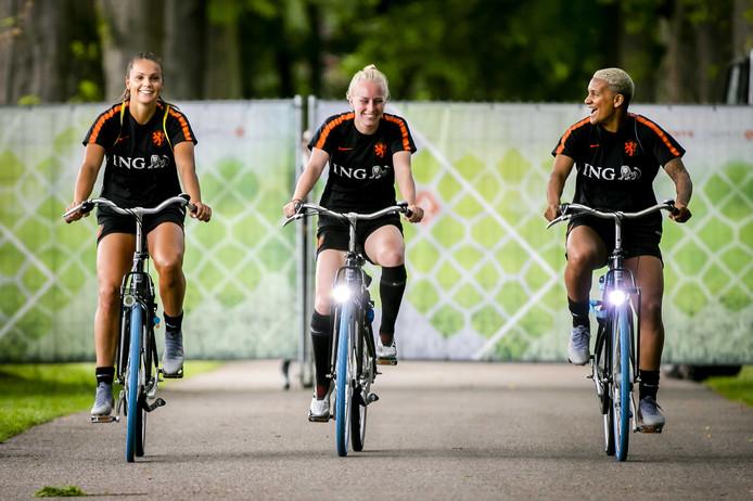 Lieke Martens, Inessa Kaagman en Shanice van de Sanden (vlnr) op weg naar de training.