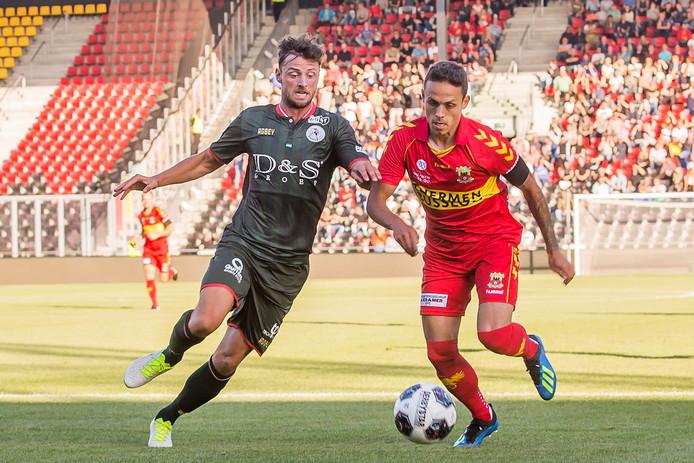 Jaroslav Navrátil (rechts) maakte het verschil tegen Sparta, met twee treffers voor Go Ahead Eagles.