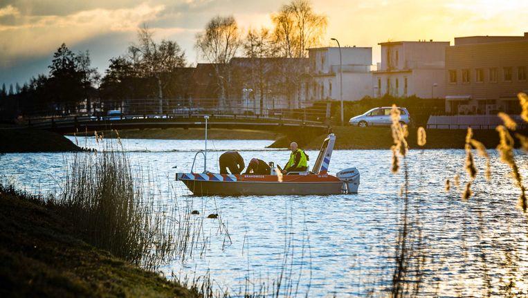 De politie zocht met duikers in het water bij de Haagse straat Bottgerwater naar de vermiste 17-jarige Orlando Boldewijn. Beeld null