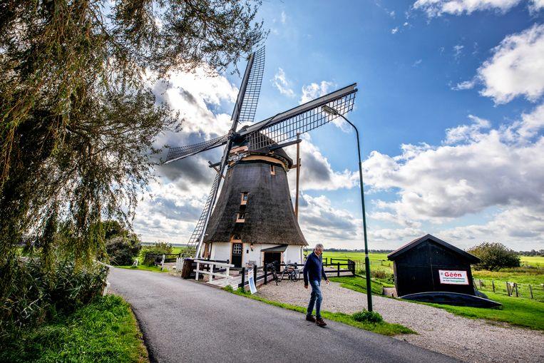Bij een oude molen aan het Gein zijn protestborden opgehangen tegen de komst van windturbines. Beeld Raymond Rutting / de Volkskrant