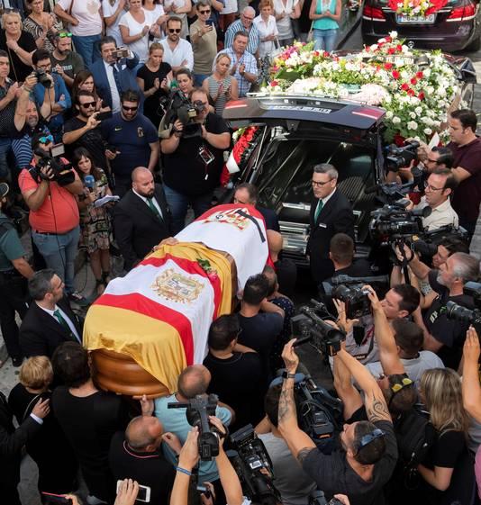 Beeld van de begrafenis van Reyes.