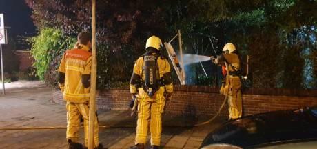 Coniferenhaag in Enschede vat vlam, mogelijk brandstichting