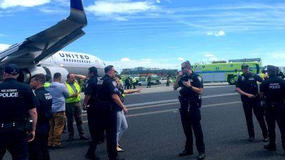 Luchthaven Newark in New York tijdje gesloten nadat vliegtuig van landingsbaan glijdt