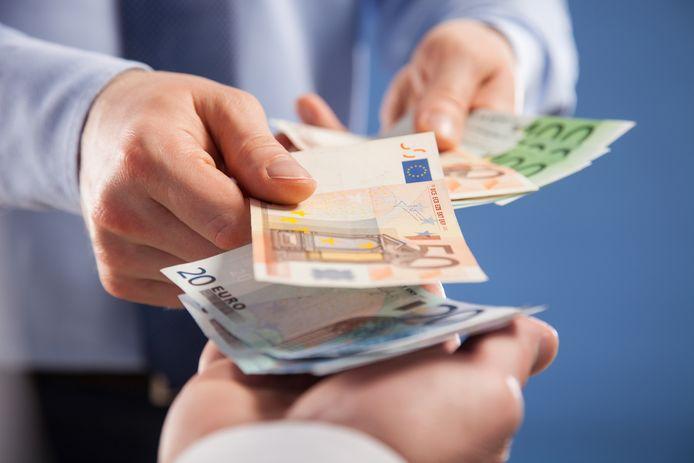 'Per maand kom je dan bij fulltime werken vanuit huis op ruim 40 euro aan extra kosten. Kosten die normaal door je werkgever worden betaald', schrijft Thijs Launspach.