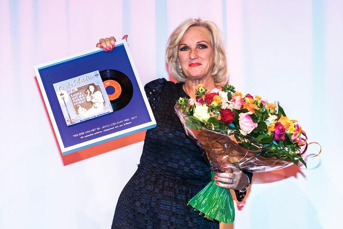 Tineke Schouten met haar eerste singletje.