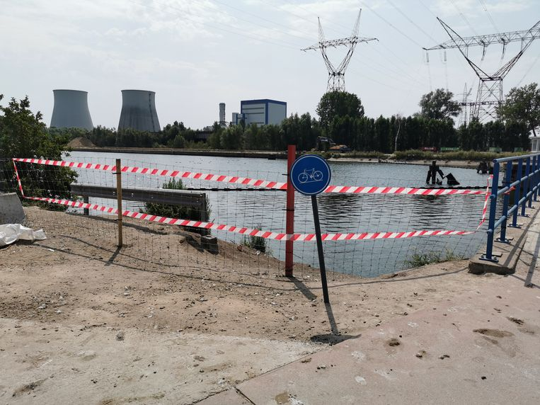 Met draad en veiligheidslinten werd de toegang vanuit het water afgesloten.