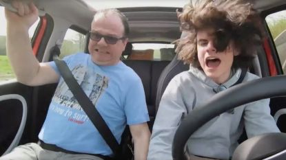 VIDEO. Papa leert zijn zoon autorijden in 'Het gezin', maar die botst meteen