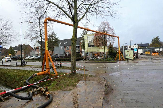 Via een leiding boven de Runweg wordt grondwater in een nabij gelegen sloot gepompt.