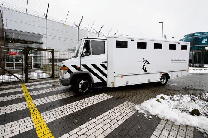 Het transport van verdachten verloopt niet altijd vlekkeloos.