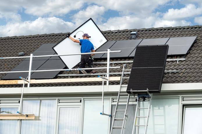 Woningcorporatie Woonbedrijf laat nog dit jaar zonnepanelen plaatsen op 700 woningen extra in Eindhoven.