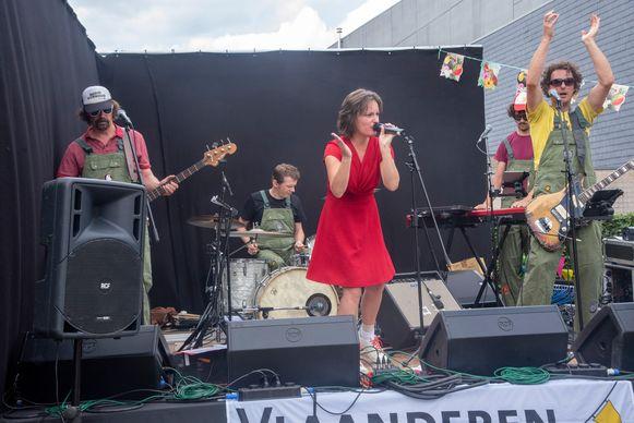 Gevarieerde kindernamiddag in de stadstuin van Wetteren naar aanleiding van Vlaanderen Feest met onder meer een optreden van Radio Oorwoud.