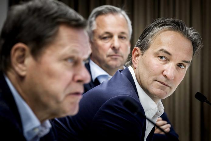 Algemeen directeur Mark Koevermans luistert naar Frank Arnesen tijdens diens presentatie als nieuwe technisch directeur van Feyenoord eind november. Op de achtergrond president-commissaris Toon van Bodegom.