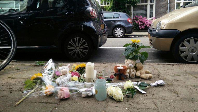 Op de plek voor het ouderlijk huis van U. liggen bloemen en knuffels. Beeld Lex Boon