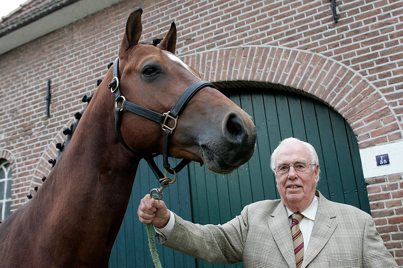 Piet den Hartog in 2008, toen hij voor zijn verdiensten in de paardensport een hoge onderscheiding kreeg van de Koninklijke Nederlandse Hippische Sport Federatie (KNHS).