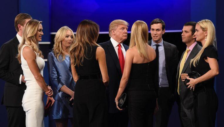 Donald Trump met zijn familie, na zijn laatste debat met Hillary Clinton, 19 oktober. Beeld afp