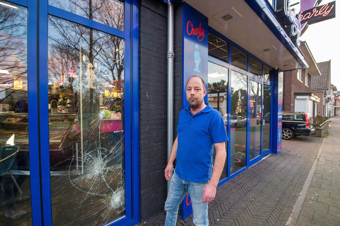 Bart Thiessens van cafetaria Charly aan de Asselsestraat bij één van de beschadigde ramen na een inbraakpoging