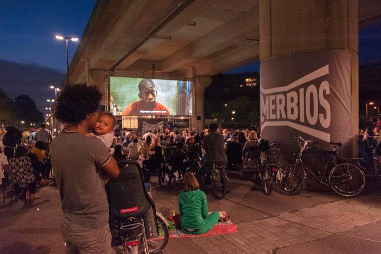 Metrolijn 53 rijdt boven de bioscoop Beeld Hans Meiboom