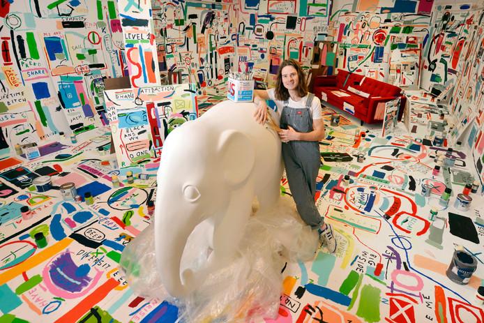 Rob Kaspers bij de te beschilderen olifant in zijn atelier