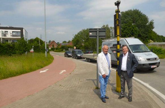Initiatiefnemer Louis Meeus en Stuwgroep-voorzitter Luc Verhulst bij het kruispunt Doornstraat-N16.