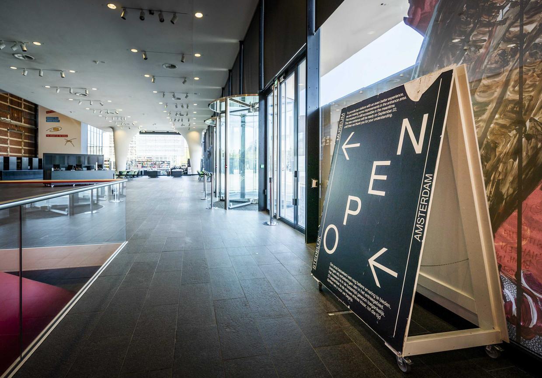 Interieur van het Stedelijk Museum in Amsterdam, dat net als alle andere musea gesloten is vanwege het coronavirus.