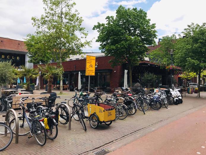 Geparkeerde fietsen op het Horecaplein.