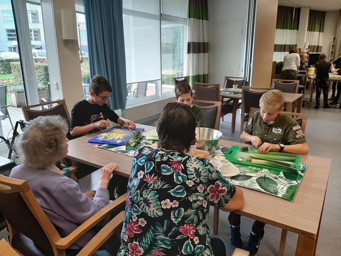 Leerlingen van De Schutteshoek maakten zich vandaag nuttig in een verzorgingshuis.
