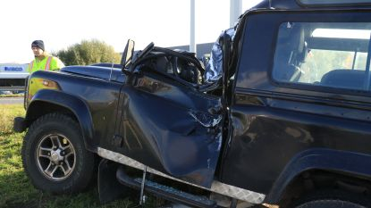 Bestuurder van terreinwagen komt ongedeerd uit spectaculaire crash