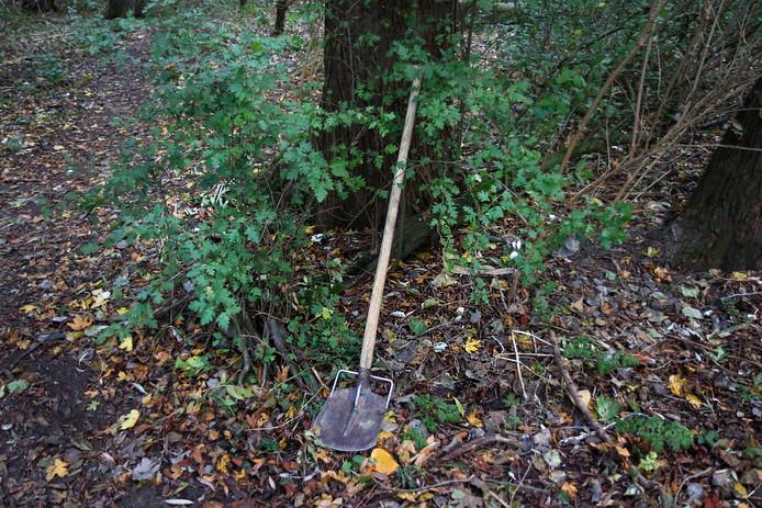 Archiefbeeld ter illustratie: Onderzoek in bos Mona Baartmans aan Jack Dawson Green Pad Heinenoord. Een achterlaten schep.