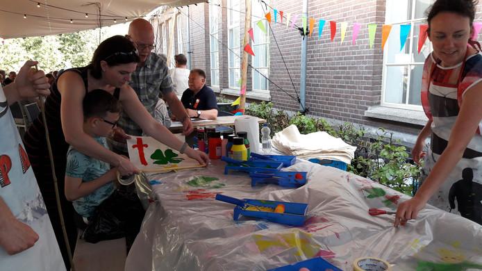 Vlaggen maken op het Vrijheidsfestival in Ede.