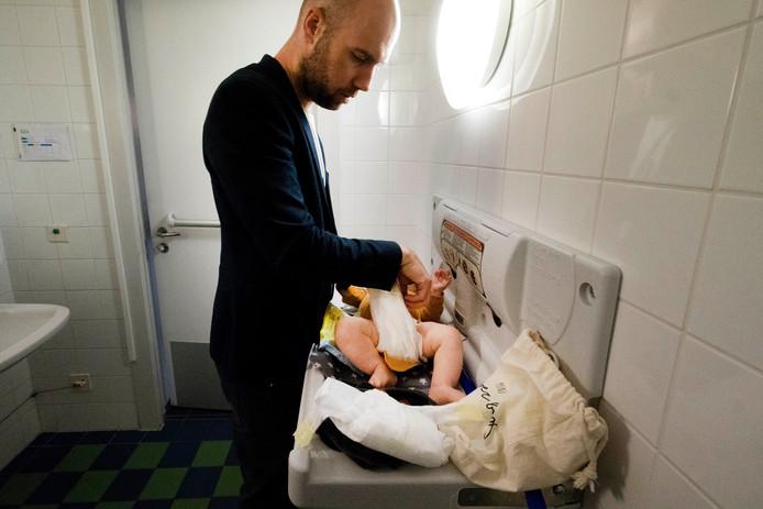Vader Sjors verschoont zijn kindje op het invalidentoilet in de Stadwinkel.