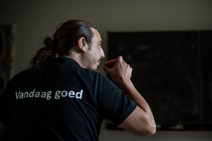 Jöran 'Zlatan' Moerkens heeft een bipolaire stoornis. Hij heeft een sweater laten maken met achterop de tekst 'vandaag goed' en voorop de tekts 'bipol', geschreven in een afbeelding van een vliegtuig: bipol air.