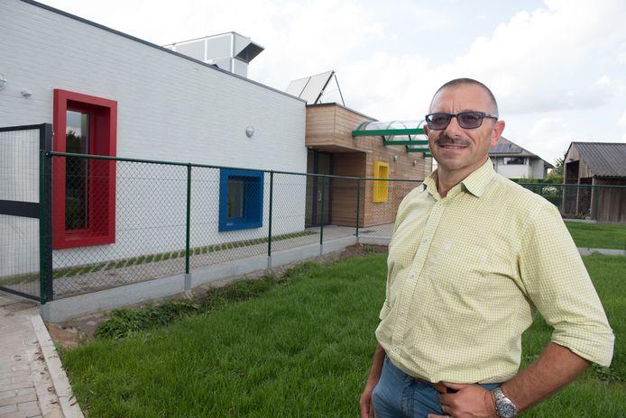 Directeur Johan De Waele bij de vroegere woning die werd omgebouwd tot refter.