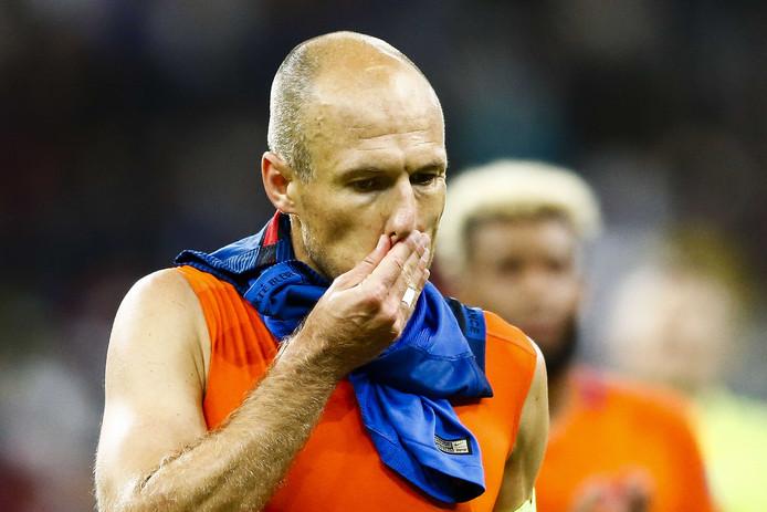Arjen Robben druipt af na de 4-0 oorwassing in Parijs.