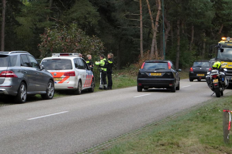 Arrestatieteams van de politie in Maarheeze op zoek naar verdachten die een helikopter wilden kapen om Benaouf A. te helpen ontsnappen uit de gevangenis van Roermond.